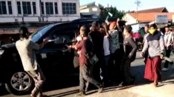 Heboh Pengemudi Mobil Hitam Bagi-bagi Uang di Kawasan Terminal Km 6 Banjarmasin
