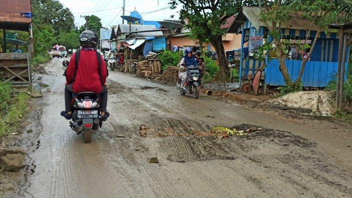 Jalan di Desa Bungin Balangan Rusak Parah, Tiap Hari Ada Mobil Amblas