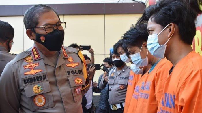 Kapolresta Sidoarjo, Kombes Pol Sumardji menunjukkan para pelaku pengeroyokan terhadap anggota TNI AL di Bungurasih yang sudah berhasil ditangkap, Selasa (8/6/2021).