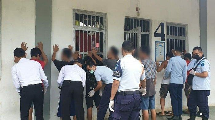 Sebanyak 300 Orang Warga Binaan Lapas Kelas IIB Banjarbaru Jalani Tes Urine Massal