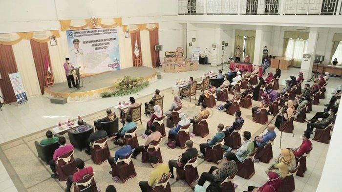 Suasana acara penyerahan penghargaan kepada wajib pajak di Gedung Pramuka, Kota Kandangan, Kabupaten Hulu Sungai Selatan (HSS),  Kalimantan Selatan, Kamis (25/2/2021).