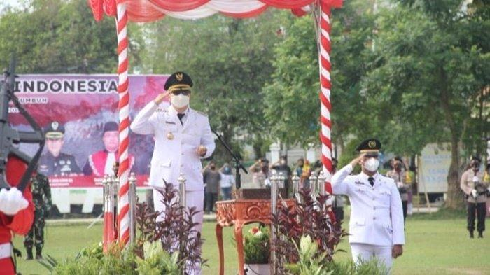 Penghormatan kepada Bendera Merah Putih pada upacara peringatan HUT ke-76 RI di Lapangan Dwi Warna, Kota Barabai, Kabupaten Hulu Sungai Tengah, Kalimantan Selatan, Selasa (17/8/2021).