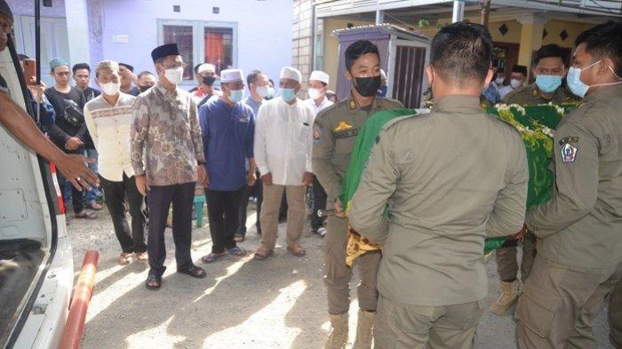 H Rahmadian Noor, Wakil Bupati Batola (peci hitam) beserta para pelayat memberikan penghormatan terakhir Alm Gusti Ruspandi sebelum diberangkatkan ke pemakaman
