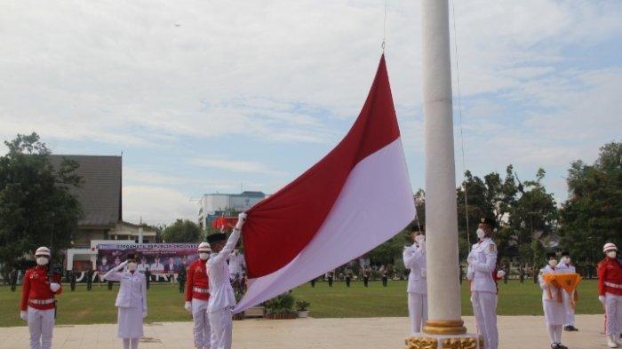 Pengibaran bendera oleh Paskibra HST