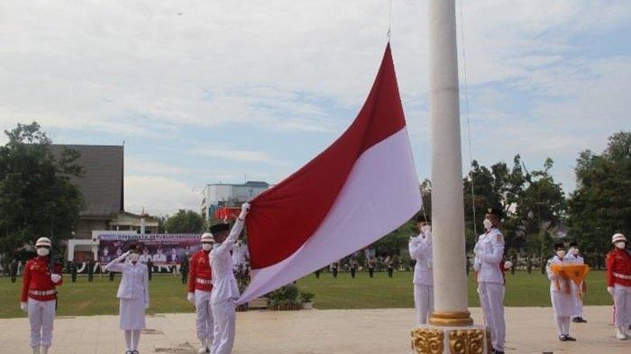 Pengibaran bendera oleh Paskibra pada upacara peringatan HUT ke-76 RI di Lapangan Dwi Warna, Kota Barabai, Kabupaten Hulu Sungai Tengah, Kalimantan Selatan, Selasa (17/8/2021).