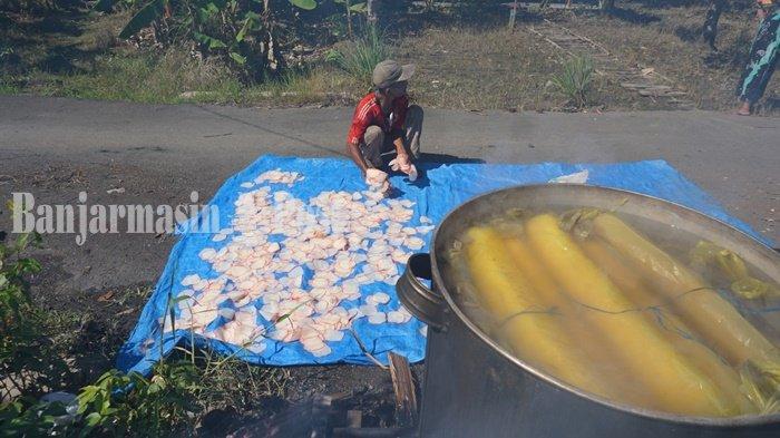 Wisata Kalsel, Berkunjung ke Kampung Kerupuk Desa Sahurai, Bisa Melihat Pengolahan Secara Langsung