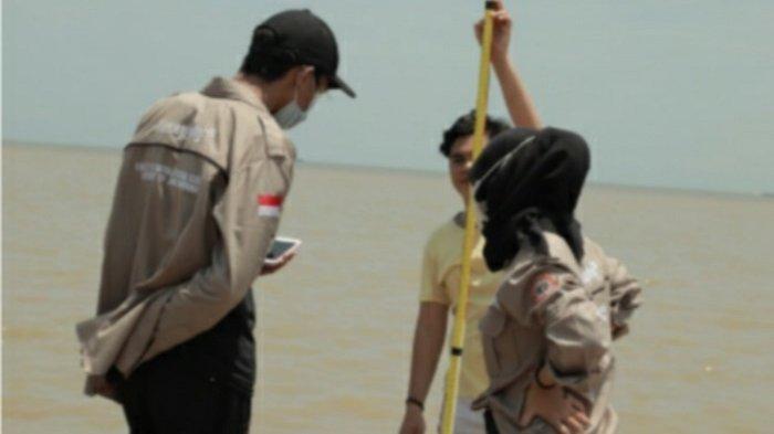 Mahasiswa Prodi Geografi FISIP ULM Banjarmasin PKL ke Batakan Baru, Ukur Pasang Surut Air Laut