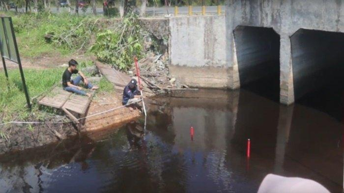 PKL Hidrologi, Mahasiswa Prodi Geografi FISIP ULM Ukur Debit Ruas Sungai di KPH Kayu Tangi