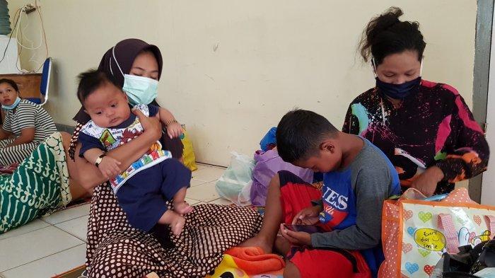 Pengungsi di Kantor Camat Kurau Terus Bertambah, Anak dan Lansia Mendominasi