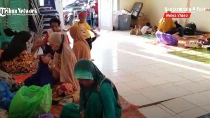 pengungsi-korban-banjir-di-aula-kantor-kecamatan-kurau-kabupaten-tala-kalsel-13012020.jpg