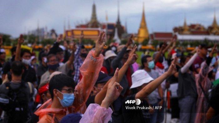 Pengunjuk rasa pro-demokrasi melakukan penghormatan tiga jari di Sanam Luang di sebelah Grand Palace di Bangkok pada tanggal 20 September 2020