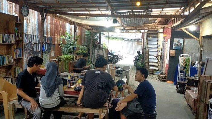 Uniknya Kafe Oettara Koffie di Jalan Sultan Adam Banjarmasin, Kombinasi Kursi Bar dan Kursi Panjang