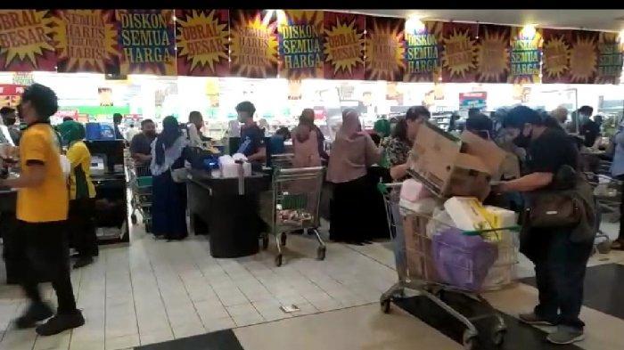 Jelang Penutupan, Beberapa Gerai Giant Store di Kalsel Diserbu Pemburu Diskon