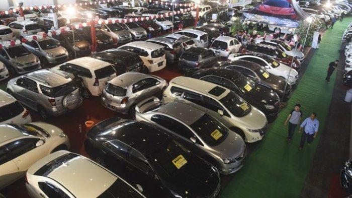 Pengunjung mengamati mobil bekas yang dipamerkan pada ajang Bazaar Mobil Bekas di JX International Convention Hall, Surabaya, Jawa Timur, Rabu (9/8/2017). Bazar yang diikuti puluhan showroom mobil bekas di Surabaya dan Sidoarjo tersebut diharapkan dapat meningkatkan daya beli dan memenuhi kebutuhan masyarakat untuk memiliki mobil.