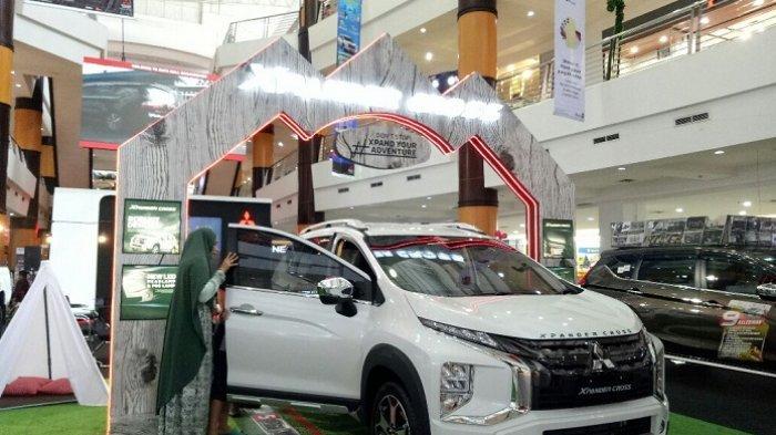 Pengunjung Mitsubishi Motors Auto Show melihat dan cek bagian dalam mobil Xpander Cross.