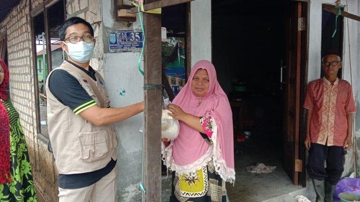 Kagama Bagikan Paket Sembako bagi Korban Banjir di Kabupaten Banjar