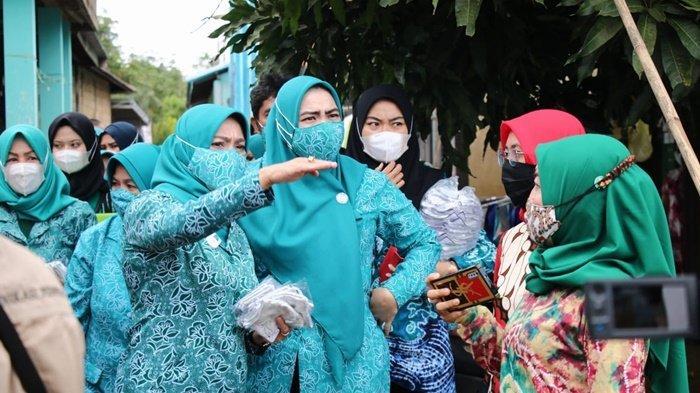 Pengurus TP PKK Kabupaten Banjar meninjau kawasan terdampak banjir di Desa Bincau, Martapura, Kalimantan Selatan, Kamis (8/4/2021). Kegiatan ini rangkaian dari peringatan ke-49 Hari Kesatuan Gerak PKK.