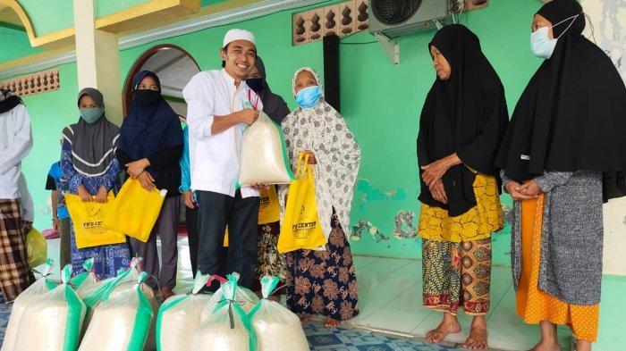 YN'S Berbagi Makanan Siap Saji dan Sembako di Masjid Sairul Muhtadin