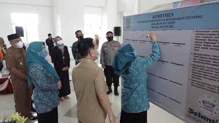 Penjabat Ketua PKK Provinsi Kalimantan Selatan, Safriati Safrizal ZA, menandatangani komitmen bersama dalam hal penanganan stunting dalam kegiatan di Kabupaten Tapin, Selasa (8/6/2021).