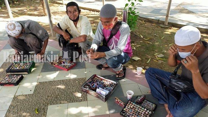Penjual Cincin Akik Asongan Sabar Tunggu Pembeli di CBS Kota Martapura