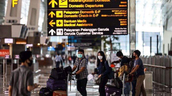 Penumpang saat tiba di terminal 3 Bandara Soekarno-Hatta, Tangerang, Banten, Selasa (12/5/2020). PT Angkasa Pura II mengeluarkan tujuh prosedur baru bagi penumpang penerbangan rute domestik selama masa dilarang mudik Idul Fitri 1441 H di Bandara Internasional Soekarno-Hatta.