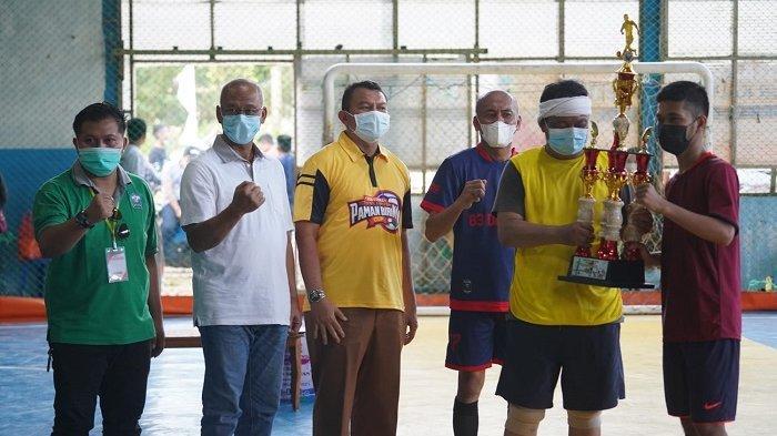 Laga persahabatan Tim Futsal Paman Birin All Star dengan Tim Setda Tanah Laut berlangsung di Lapangan Futsal Aufar Pelaihari, dalam rangka memeriahkan  penutupan Turnamen Futsal Paman Birin Cup Tanah Laut Muda di Lapangan Futsal Aufar Pelaihari, Selasa (12/10/2021).