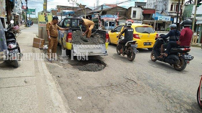 Lubang di Ruas Jalan Nasional Simpangempat Kabupaten Tanbu Akhirnya Ditutup