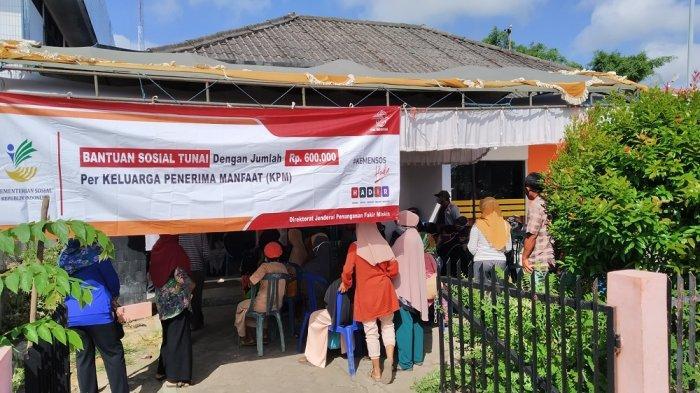 BST di Kabupaten Batola Tahap 3 Disalurkan, Petugas Kantor Pos Sambangi Kantor Camat hingga ke Desa