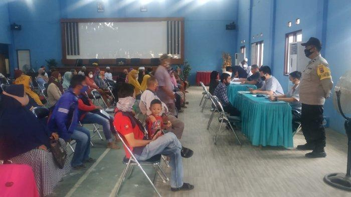 penyaluran BST di Aula Kecamatan Banjarmasin Selatan Banjarmasin dengan mengutamakan sosial distancing.
