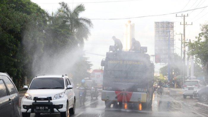 Polres Banjarbaru Turunkan Water Canon untuk Penyemprotan Disinfektan Fasilitas Umum