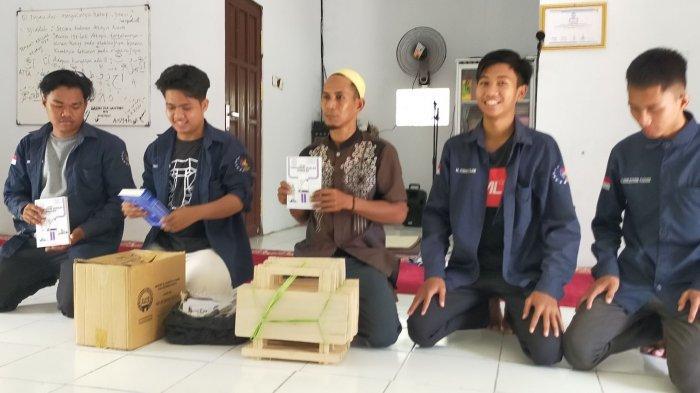 Barabai Muda Serahkan Bantuan Alquran dan Buku Tuntutan Salat untuk Mualaf di Rantau Parupuk