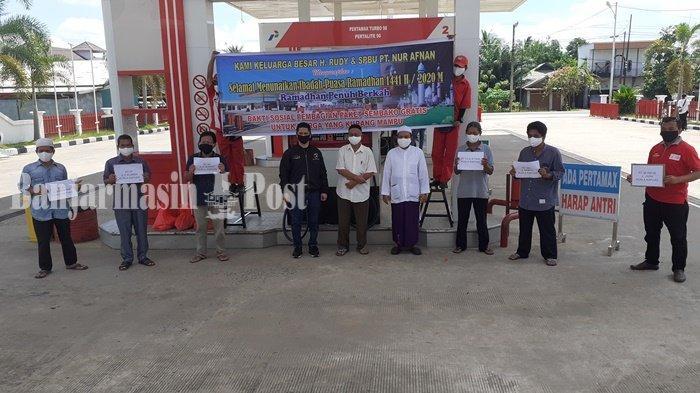 Warga Terima Bantuan Sembako di SPBU Patih Rumbih Kabupaten Kapuas