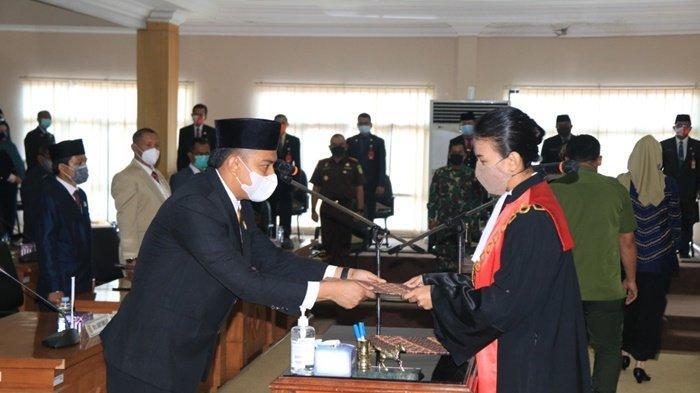 Penyerahan dokumen pelantikan sebagai Wakil Ketua DPRD Kota Banjarbaru, Senin (15/2/2021).