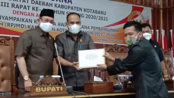 Bupati Kotabaru H Sayed Jafar (kiri), Ketua DPRD Kotabaru Syairi Mukhlis (tengah), Wakil Ketua Komisi III Gewsima Mega Putra saat penyerahan dokumen RPJMD, Senin (16/4/2021).