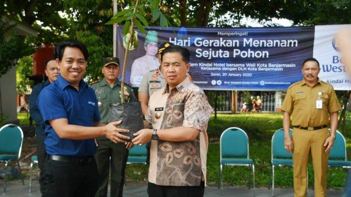 Aksi Go Green Best Western Kindai Hotel, Ajak Wali Kota Tanam Pohon di Taman Kamboja