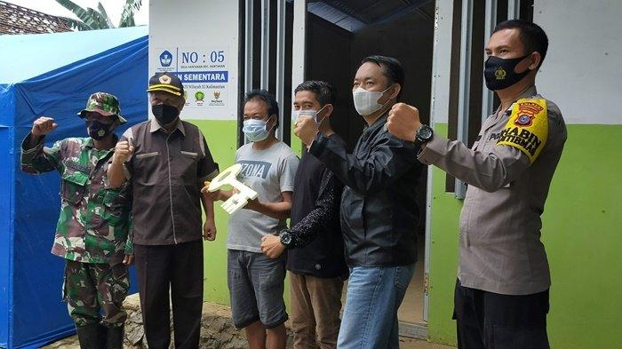Penyerahan rumah huntara untuk warga di Desa Hantakan, Kecamatan Hantakan, Kabupaten Hulu Sungai Tengah (HST), Provinsi Kalimantan Selatan, Sabtu (20/3/2021).
