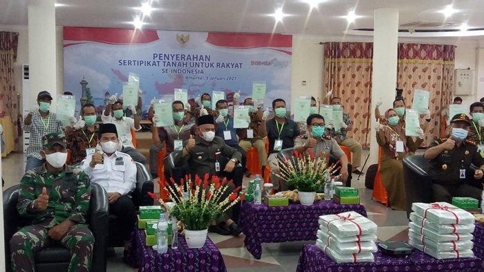 Acara penyerahan sertipikat tanah serentak nasional di Kabupaten HSU