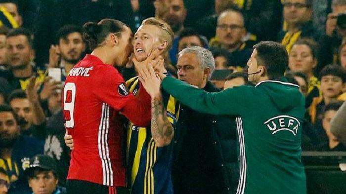 Penyerang Manchester United Zlatan Ibrahimovic mencekik Bek Fenerbahce Simon Kjaer dalam laga Liga Europa, Jumat (4/11/2016)