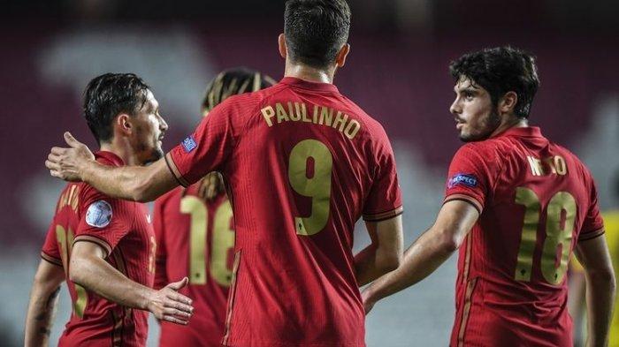 Penyerang Portugal Paulinho merayakan golnya bersama rekan satu timnya dalam pertandingan persahabatan internasional antara Portugal vs Andorra di Stadion Luz di Lisbon pada 11 November 2020.