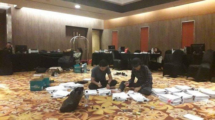 Komisioner KPU Provinsi Kalsel Serahkan Alat Bukti PHPU ke KPU RI untuk Sidang di MK