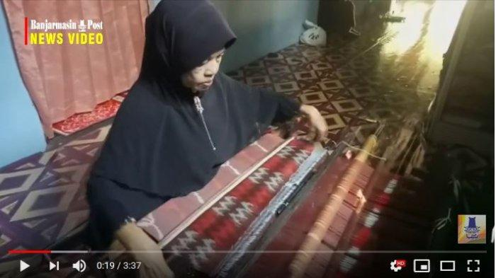 Perajin kain tenun Pagatan menggunakan alat tenun tradisional
