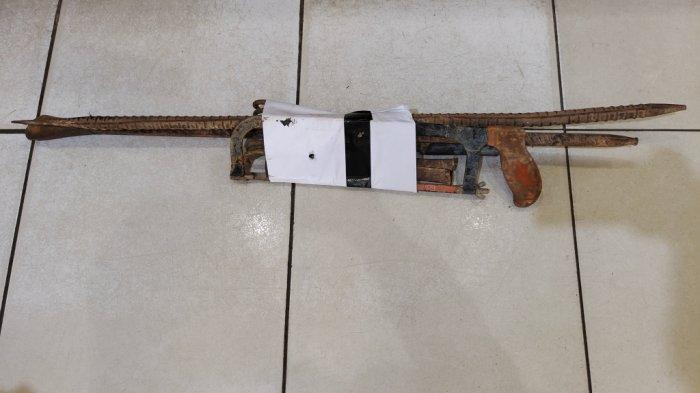 Peralatan yang digunakan ke empat pelaku pencurian kabel dari tembaga milik PT Telkom di Jalan A Yani Km 35, Sungai Besar, Banjarbaru, Kalimantan Selatan.