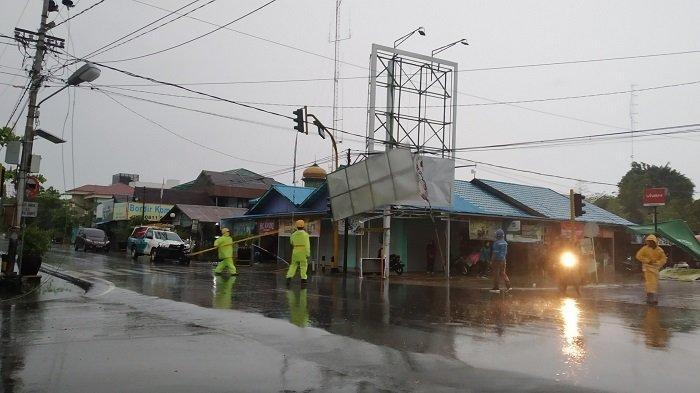 Cuaca Ekstrim Kalsel, Jaringan Listrik Putus Disambar Petir, Listrik di Marabahan Padam