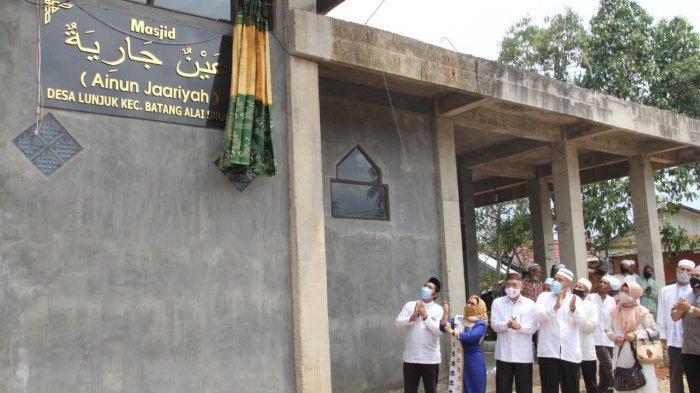 Datangi Desa Lunjuk, Bupati HST Resmikan Masjid Ainun Jaariyah