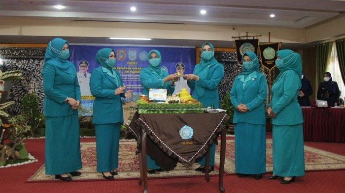 Peringatan ke-49 Hari Kesatuan Gerak PKK digelar di Mahligai Sultan Adam, Kota Martapura, Kabupaten Banjar, Kalimantan Selatan, Kamis (8/4/2021).