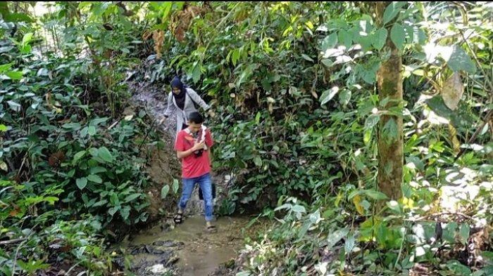 Perjalanan menuju air terjun Andakian, melewati jembatan bambu serta menerabas hutan yang masih alami.