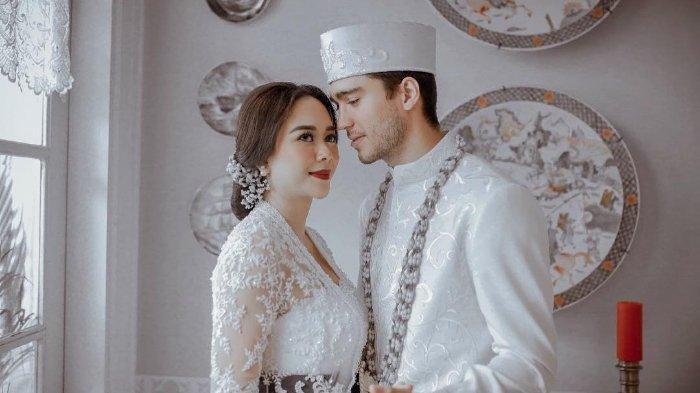 Isu Perceraian Aura Kasih & Eryck Amaral Menyeruak, Lihat yang Dilakukan sang Artis pada Suaminya