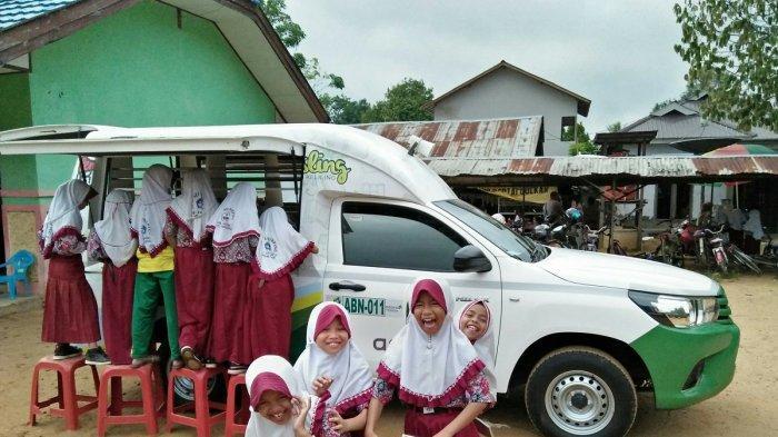 perpustakaan keliling Adaro secara rutin dan konsisten mengunjungi sekolah dasar