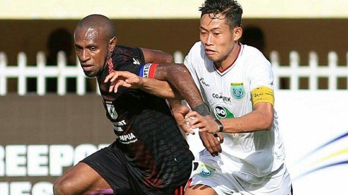 Boaz Sallosa diadang pemain Persela Lamongan