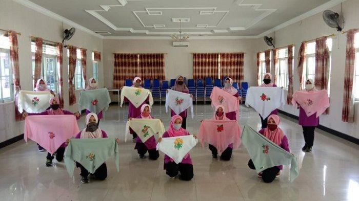 Persit KCK Cabang XXXI Kodim 1008/Tanjung Diajari Melukis di Media Kain, Ini Tujuannya